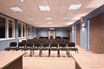 Indusztriál stílusú kiszolgáló helyiségek, modern konferenciaterem